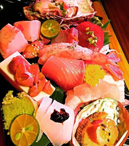 1. 前菜-小黃瓜搭的是魚肉吧就一般般。然後蜜漬番茄是酸到一個不行。只有海螺肉是真的好吃。 2. 生魚片-鮑魚我愛吃但可惜了甜味沒出來。然後最糟糕的是我吃到的那隻醃漬小管的「操抽迷」超重的,重到我以為