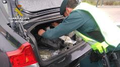 Un Guardia Civil, en una imagen de archivo, halla marihuana en un maletero.