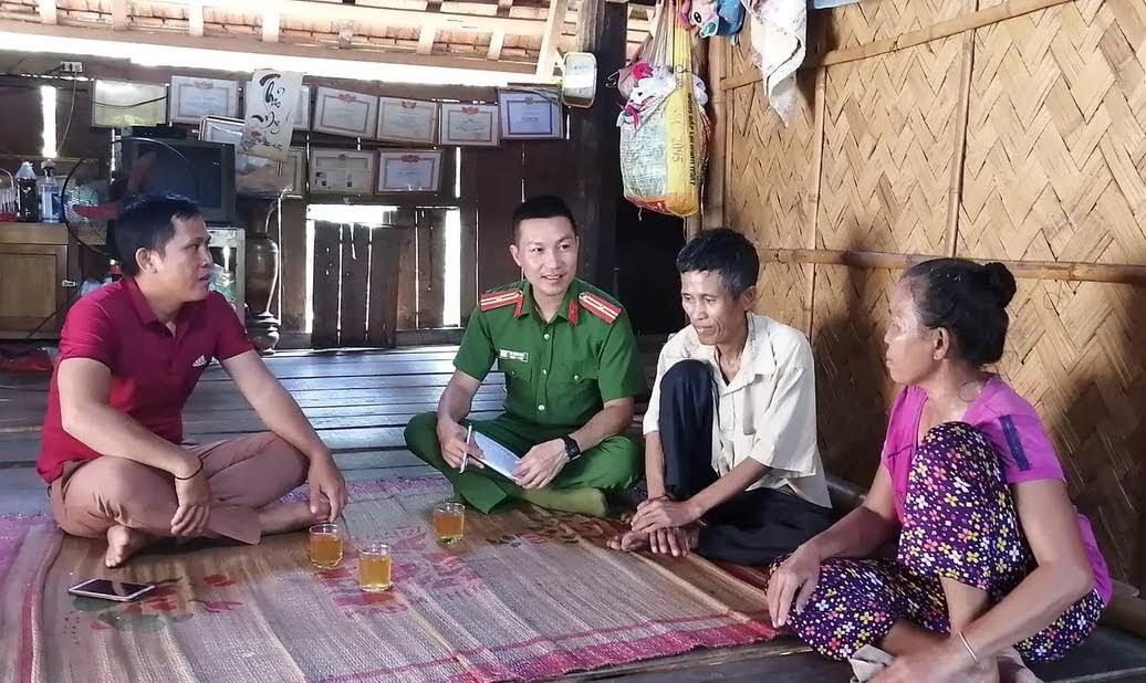 Thiếu tá Lê Nam Anh, Trưởng Công an xã Châu Khê tuyên truyền, vận động bà con nhân dân trên địa bàn chấp hành nghiêm pháp luật