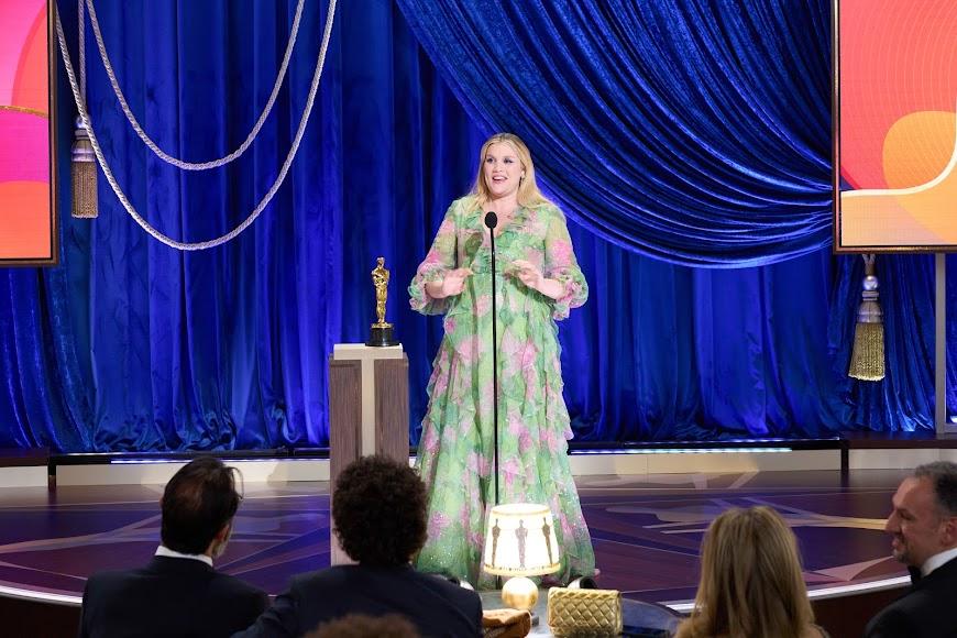 La actriz y directora Emerald Fennell ganó el guion original por Una joven prometedora.