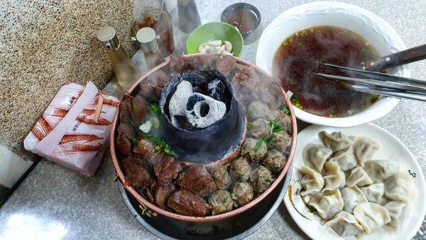 清真恩德元餃子館 鍋鼎上的爆滿大牛肉。火鍋季熱門鍋物料理
