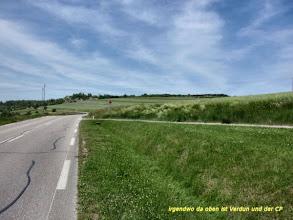 Photo: nein, Verdun liegt dahinter im Tal. Aber hier rechts im Seitenweg hat eine Frau ihr Auto geparkt und kam angelaufen um zu fragen ob ich OK bin, ich sah wohl nicht mehr frisch aus.