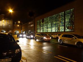 Photo: Blick von der Ecke Rathausgasse–Belderberg (Eine Laterne entfernt.) Um die bunter Farbigkeit des Fensters zu zeigen, müsste die Beleuchtung viel intensiver sein. Dennoch:Ein erfreulicher Anblick. ©Jörn