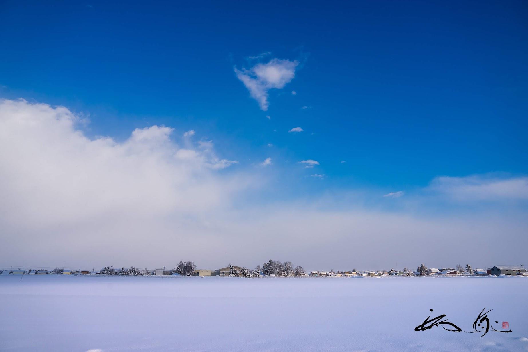 紺瑠璃色の空を舞う白い蝶々雲