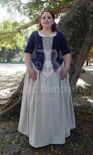 Photo: Vestido camponesa 1740's composto por blusa estruturada em jaquard azul marinho, saia em alfaiataria bege e stomatch. A partir de R$ 400,00.  Underwear: bum roll, chemise longa rendada em algodão branco e anágua em algodão branco simples.  Site: http://www.josetteblanchardcorsets.com/ Facebook: https://www.facebook.com/JosetteBlanchardCorsets/ Email: josetteblanchardcorsets@gmail.com josetteblanchardcorsets@hotmail.com