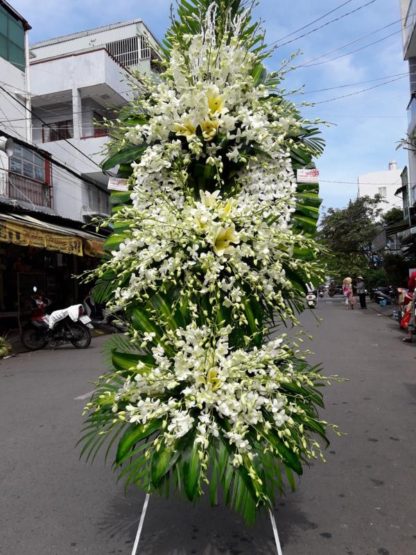 Chọn cửa hàng bán vòng hoa có uy tín