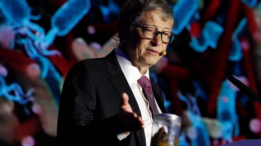 Bill Gates presentó su inodoro junto a un tarro de heces.