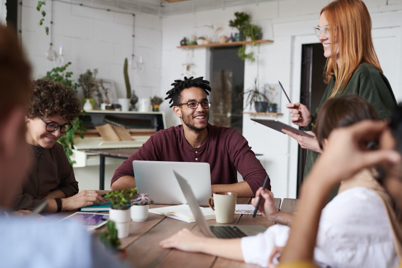 talent acquisition - Várias pessoas conversando em uma mesa.
