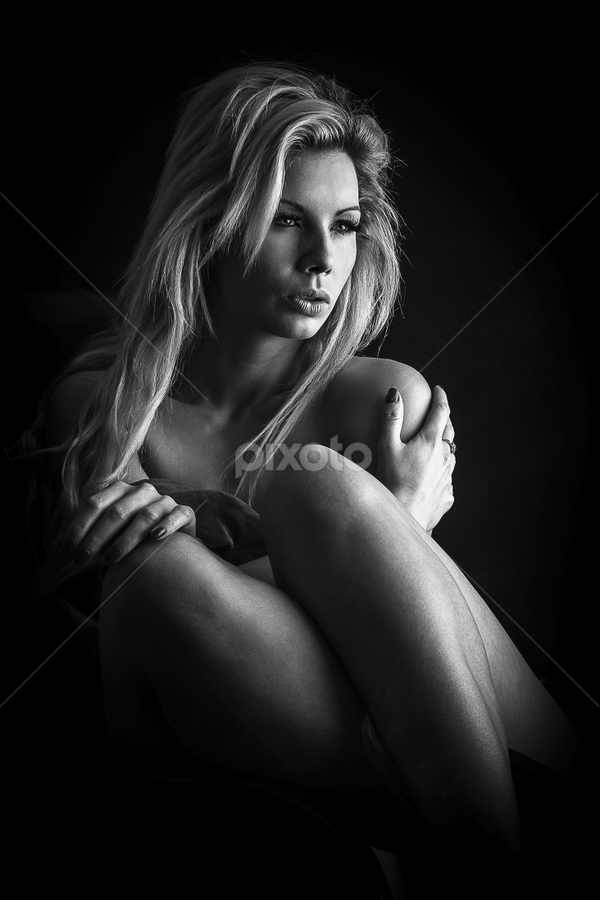Beauty in the dark by Paul Phull - Black & White Portraits & People ( sexy, dark, blonde, black and white, portrait, lighting )