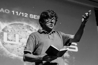 Photo: Javier @jdelacueva remata su alegato anti academia leyéndonos unos poemas en su powerpoint de bolsillo.