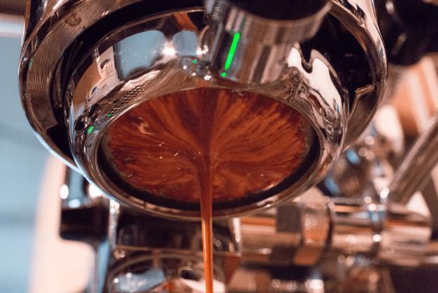 Uma dose de espresso sendo extraída: Scott Schiller via Flickr, CCBY 2.0