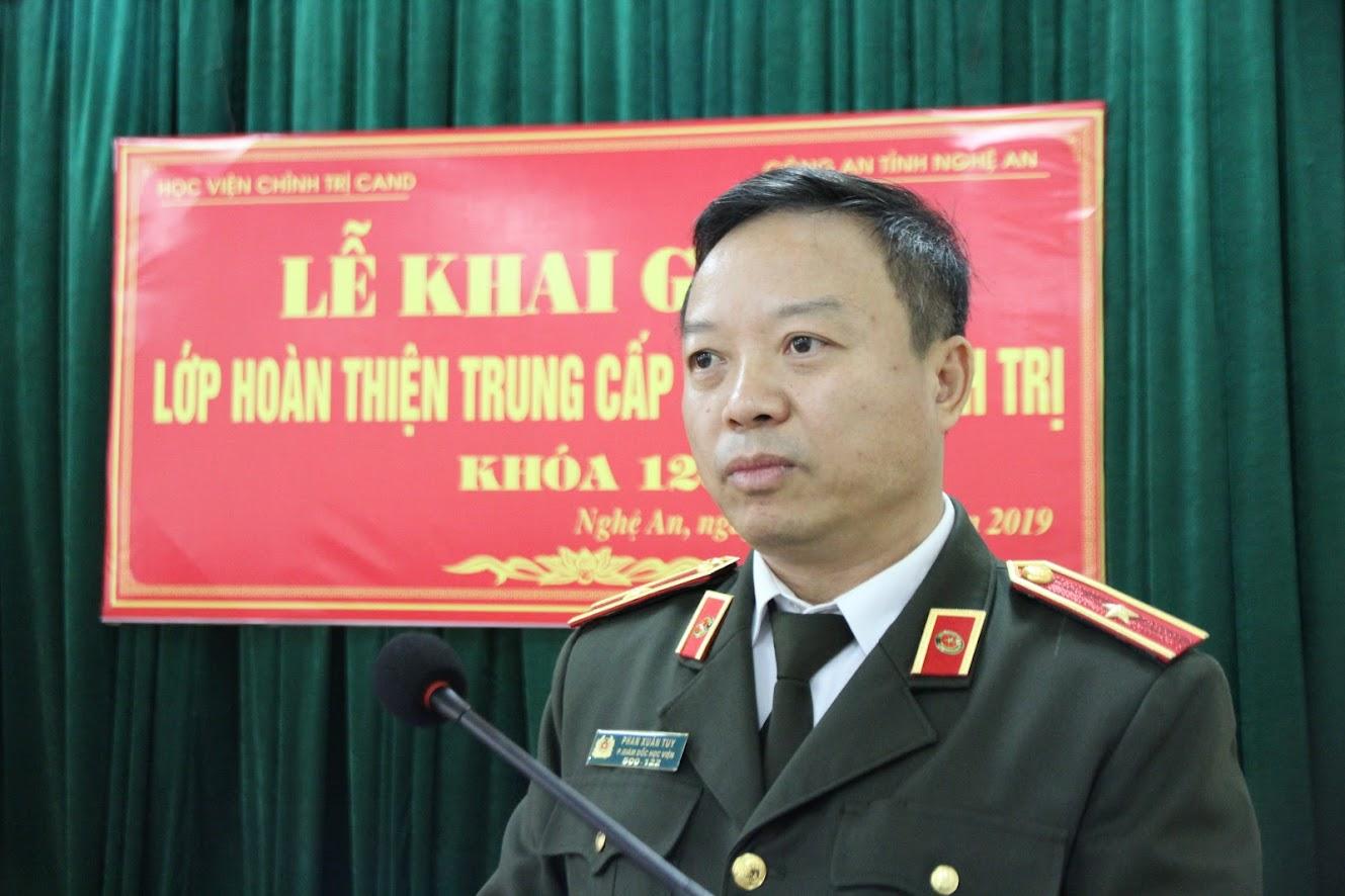 Đồng chí Thiếu tướng, PGS-TS Phan Xuân Tuy, Phó Giám đốc Học viện Chính trị CAND phát biểu khai giảng lớp học