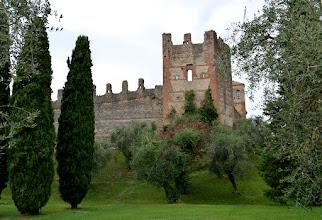 Photo: V starodavnem pristaniškem mestecu ob jezeru stoji grad iz 9. stoletja, ki je še presenetljivo dobro ohranjen in ima 5 stolpov. Zgrajen je bil za obrambo pred Madžari. Zanimivo, ja. Malo sva se sprehodila po mestecu in naredil sem nekaj posnetkov...