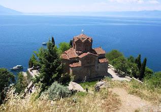 Photo: Sveti Jovan Kaneon kirkko niemellä järven rannalla