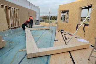 Photo: 07-11-2012 ©ervanofoto Enkele balken worden samengebracht en vast aan elkaar verbonden, zodoende een spant te creëren.