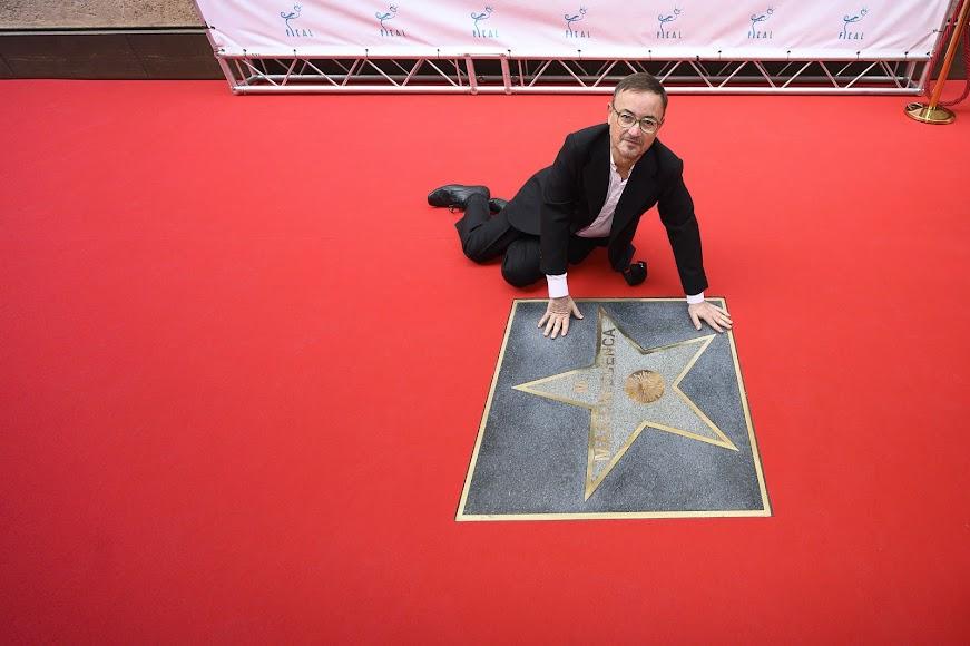 Manuel Martín Cuenca descubre su estrella en el Paseo de la Fama.