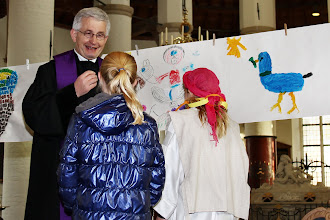 Photo: Kinderen van het kinderleerhuis hebben zelf een symbool gekozen en geschilderd van geloof/kerk