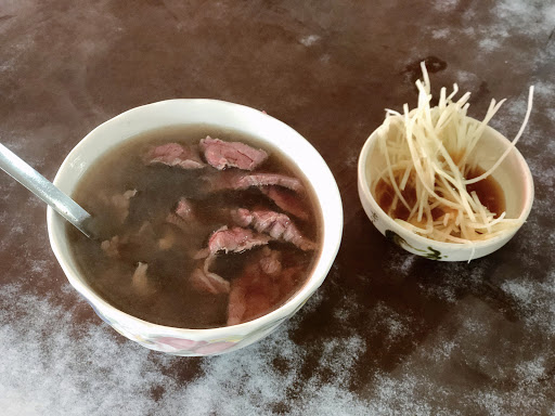 清晨一早就來排隊 排一個多小時終於吃到了! 偏甜湯頭的牛肉湯✨✨ 甘甜香氣越喝越順口👍  #台南 #台南美食 #台南輕旅行