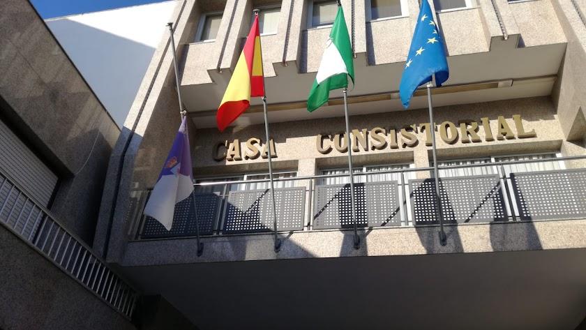 El Ayuntamiento de Roquetas de Mar con las banderas a media asta.