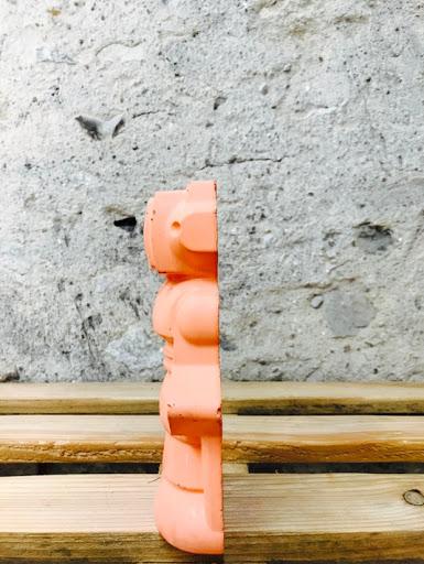 détail d'un travail fait-main sur la réalisation d'un robot pour une déco en béton 100% Geek par la créatrice Junny