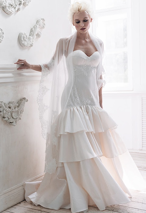 294b156ac362690 МАТЕРИАЛ: 100% шелк (natural silk) ОПИСАНИЕ: Корсетное свадебное платье с  многоярусной юбкой. Платье по силуэту с выделенными чашками лифа.