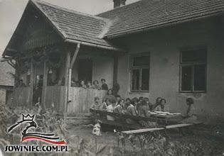 Photo: Łoszniów 1930 r. Obiad przed leśniczówką.
