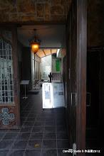 Photo: 1階左にはレッスンを行ったカフェがあります。 展示室へは右のエレベーター&階段で2階へ