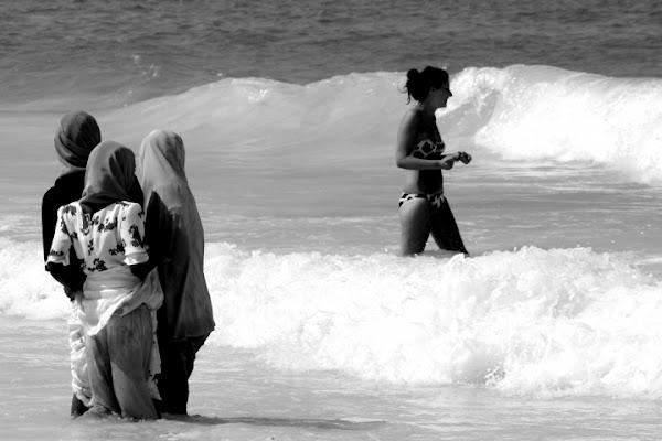 Bagno in mare multietnico di lhara