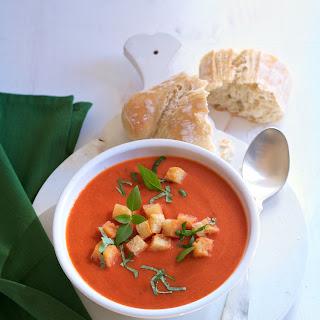 Tomatensuppe mit Basilikum-Knoblauch-Croûtons