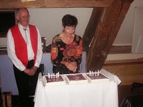 Photo: Lotti darf den Kuchen anschneiden.