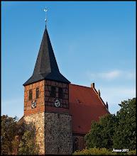 Photo: Die St. Marien Kirche (13. Jht.) in Strasburg in der Uckermark mit erneuerter Turmuhr.