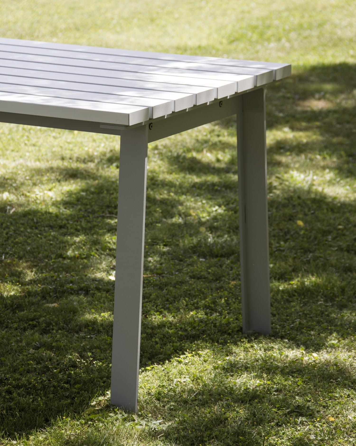 Een picknick tafel voor de openbare ruimte die zich perfect laat inpassen in een park of groen zone, de Harpo picknick tafel van Urbidermis staat al klaar