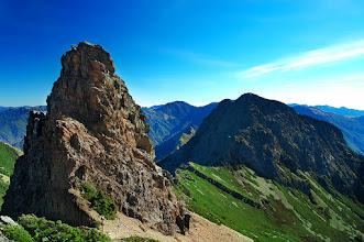 Photo: -- 鳳尾岩 --  鳳尾岩,標高 3,846 公尺,座落於玉山主峰與東峰之間必經之路上,是玉山主峰和東峰間的重要地標,照片中位於右側的山峰為玉山東峰。