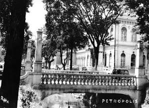Photo: Ponte sobre o Rio Quitandinha, na Rua do Imperador, construída nos anos 20 e demolida em 1957. Ao fundo, antigo prédio do Forum. Foto sem data.