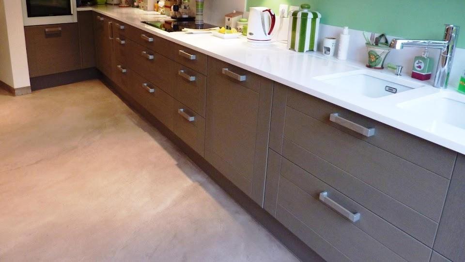 Cuisine aménagée avec un sol en revêtement moderne: Le Béton Ciré