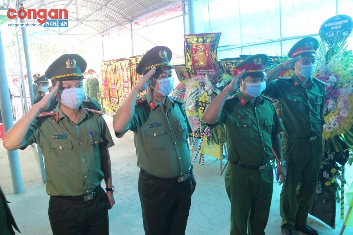 Đoàn Công an tỉnh Quảng Bình do đồng chí Thượng tá Lê Hải Đăng, Phó Trưởng phòng Tổ chức cán bộ làm Trưởng đoàn viếng Đại uý Sầm Quốc Nghĩa