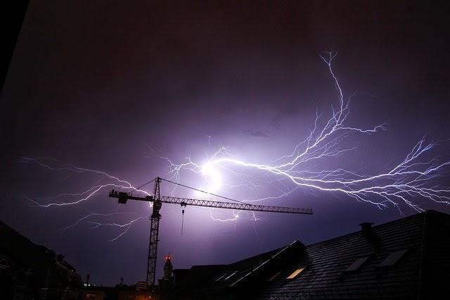 Blitze über der Stadt mit Kran, von Pixabay