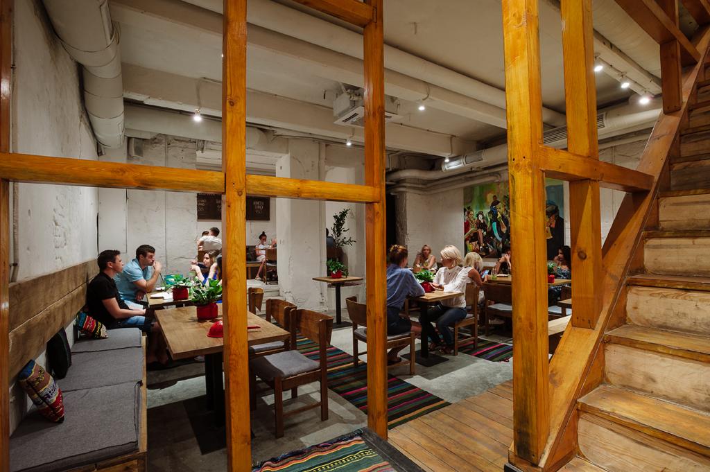 В зале цокольного этажа можно разместиться сразу компаниями за большими столами.