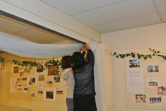Photo: Là c'est dur même à 4 mains ! La tante, Le Khanh et la nièce Nhu Hoa essaient de faire un gros noeud avec le tulle