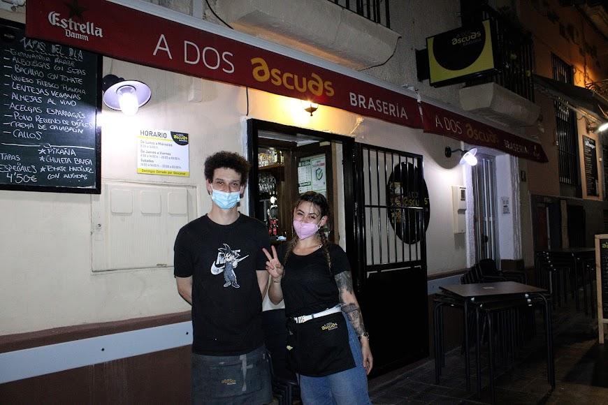 Shakir, de la brasería A Dos Ascuas, junto a su compañera de hostelería.