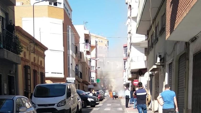 Incendio de un coche en la calle Restoy.