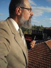 Photo: Buenos días, queridos amigos. Para los que no me conocen, me llamo Konstantin Dimitrov, un apasionado del misterio del lenguaje, y, en particular, del haiku japonés. Quisiera haceros una pequeña introducción de mi libro de haikus que acabo de editar. Es un fruto poético que ha estado gestándosedurante años y recoge lo mejor de mi obra durante este período. A grosso modo, se han seleccionado 288 haikus de unos mil doscientos. Aquí estoy en la terraza de mi casa en Sofía, Bulgaria. Hace un espléndido día: en frente  de mí está la montaña Vitosha, de unos 2.300 metros de altura y alrederdor se pueden ver los tejados rojos de la parte  antigua de la ciudad.