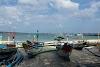 Indonésie. Cours de cuisine de Bali. Bateaux de pêcheurs par le marché de poissons de Jimbaran