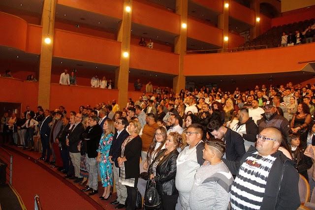 Un lleno Auditorio durante la interpretación del Himno Internacional Gitano.