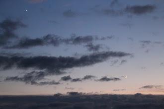 Photo: venus y la luna en menguante  (sacada desde un noveno piso.. con vista hacia donde el gran rio comparte su caudal con el mar..)