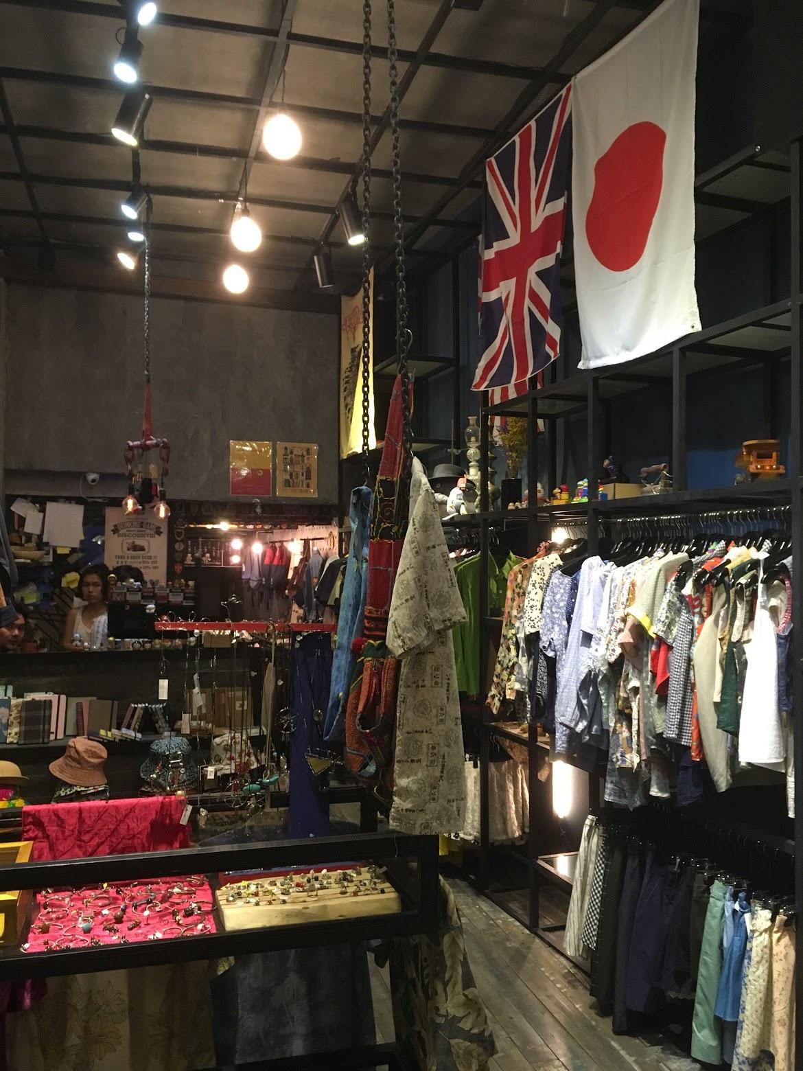 店内に入る大きく吊るされている日本の国旗。まさか日本からインポートしてベトナムで販売しているとは。