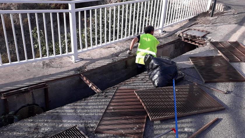Un operario limpia uno de los imbornales en Tabernas.
