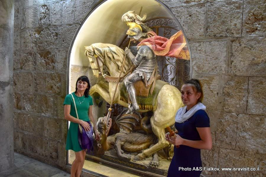 Статуя Георгия Победоносца в Храме Рождества Христова. Вифлеем.