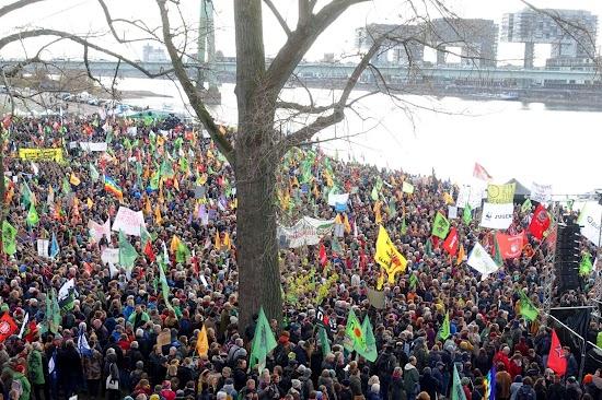 Kundgebung am Rheinufer.