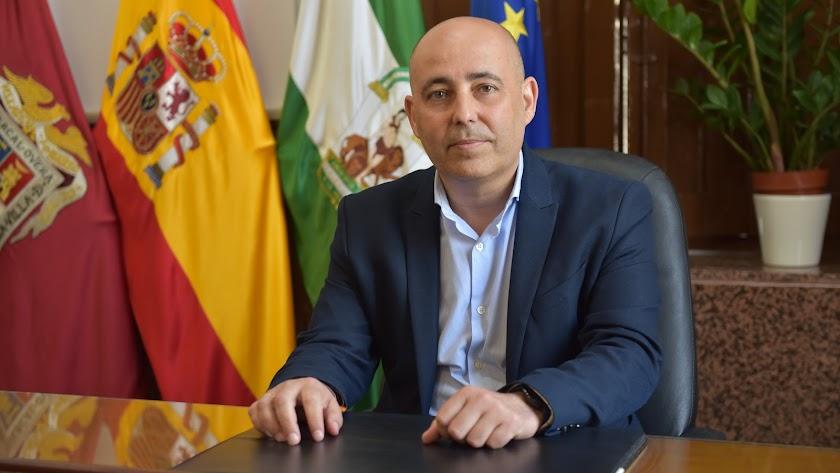 El alcalde de Huércal Overa en su despacho de la alcaldía huercalense.
